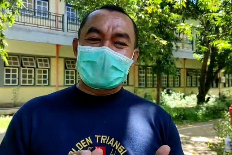 Foto : Kepala SMP Bunda Segala Bangsa (BSB) Maumere, Kabupaten Sikka, NTT, Romo Felicianus Dari, saat diwawancara awak media, Jumat siang.