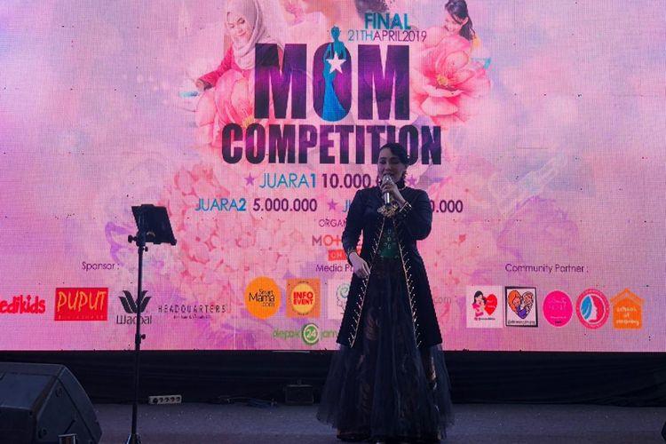 Penyanyi Dewi Gita saat tampil dalam sebuah acara di Pesona Square, Depok, Jawa Barat, Minggu (21/4/2019).