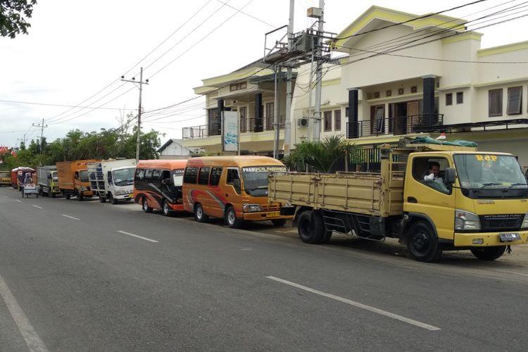 Antrian kendaraan berbahan bakar solar sebelum masuk ke SPBU Buddagan Pademawu.