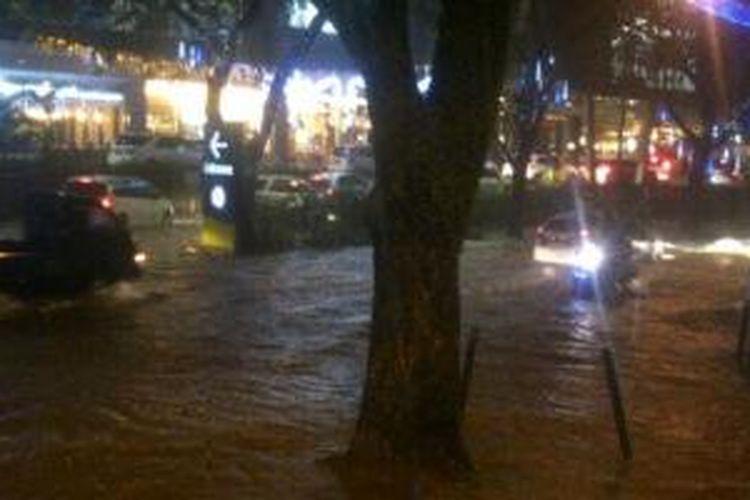 Genangan di depan Mall Living World Alam Sutera setinggi 30 cm.