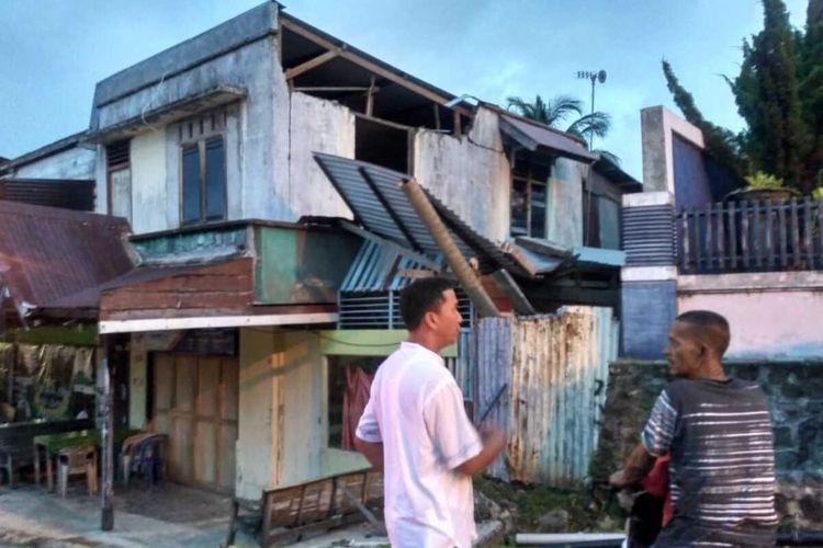 Warga melihat sebuah rumah yang mengalami rusak sedang di Desa kenekai, Kota Sabang, akibat guncangan gempa 4,8 Mg yang mengguncang Sabang Kamis Pagi (4/6/2020). Sebanyak 17 unit bangunan mengalami kerusakan mulai dari rusak berat hingga rusak ringan akibat guncangan gempa.