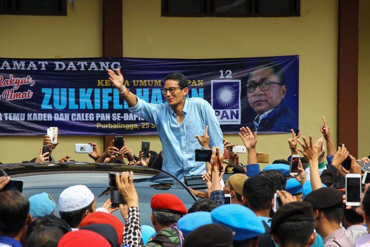 Calon wakil presiden nomor urut 2, Sandiaga Salahuddin Uno menyapa pendukungnya saat melawat ke Gedung Korpri, Purbalingga, Jawa Tengah, Selasa (25/9/2018).