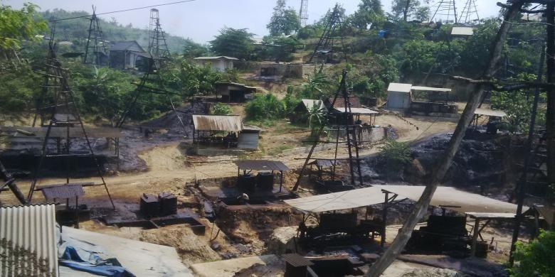Bukit dipenuhi sumur tradisional di Desa Wonocolo, Kecamatan Kedewan, Bojonegoro, Jawa Timur