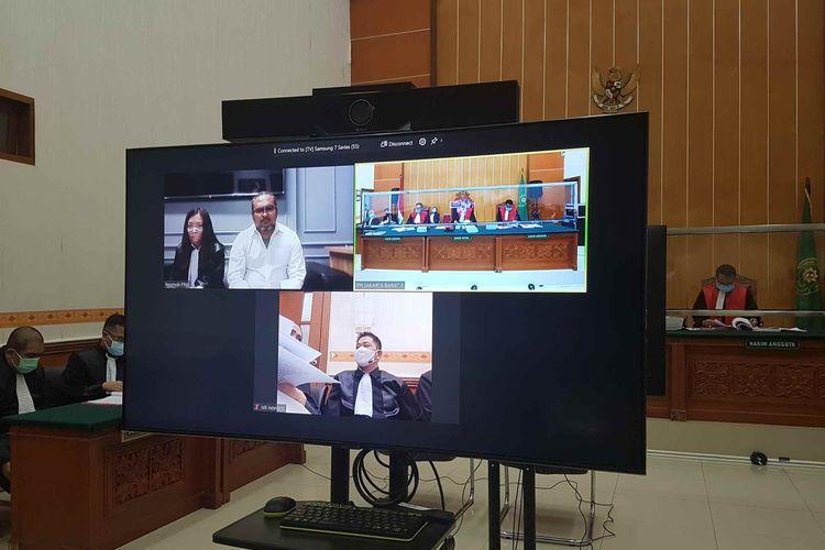 John Kei mengikuti sidang perdananya di Pengadilan Negeri Jakarta Barat pada Rabu (13/1/2021).