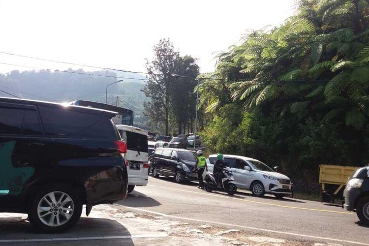 Sejumlah kendaraan yang menuju ke Puncak Pass, Bogor dicegat pihak kepolisian untuk antisipasi kepadatan kendaraan seperti akhir pekan lalu, Sabtu (20/6/2020).