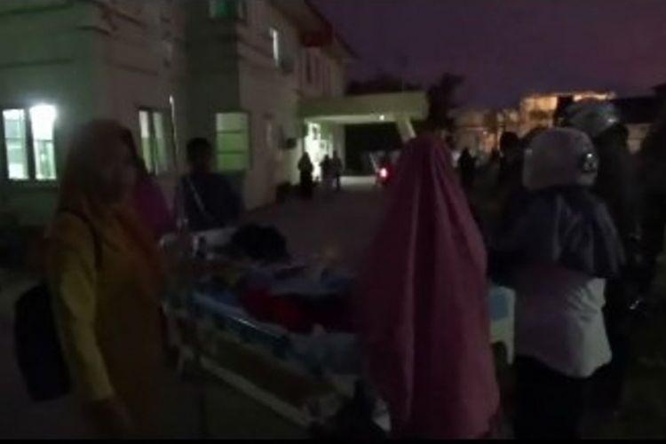 Lantaran panik diguncang gempa magnitudo 7,7  pasien di rumah sakit mamuju berhamburan keluar ruangan untuk menyelamatkan diri.