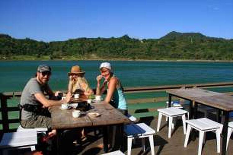 Turis asing sedang menikmati keindahan Danau Linouw, di Tomohon.