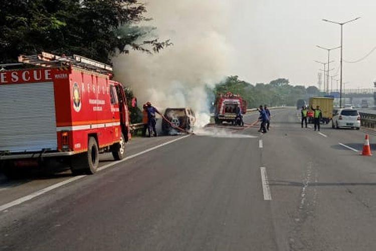 Mobil Rush terbakar di Jalan Tol JORR Kalimalang, Selasa (30/6/2020)