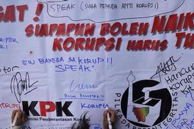 Ilustrasi. Warga menuliskan harapan dan keinginannya soal pemberantasan korupsi saat digelar Kampanye Berintegritas di Kompleks Stadion Gelora Bung Karno, Jakarta, Minggu (10/6/2012).