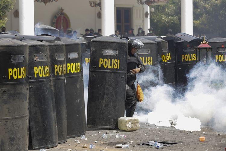 Sejumlah pengunjuk rasa melempari gedung DPRD Yogyakarta saat aksi menolak pengesahan Undang-Undang Cipta Kerja atau Omnibus Law di Yogyakarta, Kamis (8/10/2020). Unjuk rasa tersebut berakhir ricuh dan mengakibatkan fasilitas di kawasan Malioboro rusak. ANTARA FOTO/Hendra Nurdiyansyah/nz.