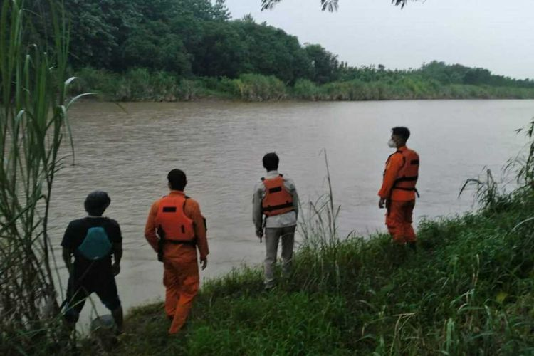 Tim SAR melakukan pencarian korban tenggelam di Sungai Cimanuk, Tomo, Sumedang, Jawa Barat, Jumat (22/1/2021).
