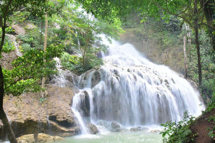 Air Terjun Lapopu di Desa Hatikuloku, Kecamatan Wanokaka, Kabupaten Sumba Barat, Nusa Tenggara Timur (NTT)  merupakan air terjun tertinggi di NTT. Lapopu menjadi tempat tujuan wisatawan asing dan Nusantara untuk menikmati alam bebas serta menghirup udara segar dari hutan belantara Pulau Sumba. Air terjun ini berada di dalam kawasan Taman Nasional Menepue Tanah Daru dan Laiwangi Wanggameti (MataLawa).