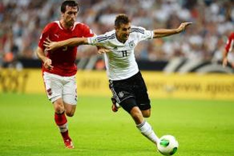 Penyerang Jerman, Miroslav Klose (kanan) mendapatkan pengawalan dari bek Austria, Christian Fuchs, saat kedua tim bertemu dalam pertandingan lanjutan grup C kualifikasi Piala Dunia 2014, Jumat atau Sabtu (7/9/2013) dini hari WIB.
