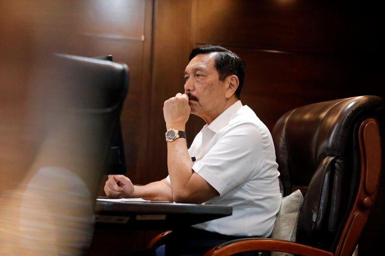 Menko Marves Luhut Binsar Pandjaitan tengah mengadakan rapat koordinasi secara daring dengan kementerian dan lembaga terkait membahas perkembangan program padat karya, di Jakarta, Senin (15/2/2021).