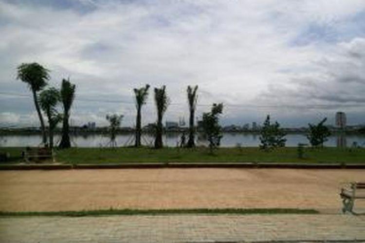 Pemandangan Waduk Pluit dilihat dari taman di sekitarnya.