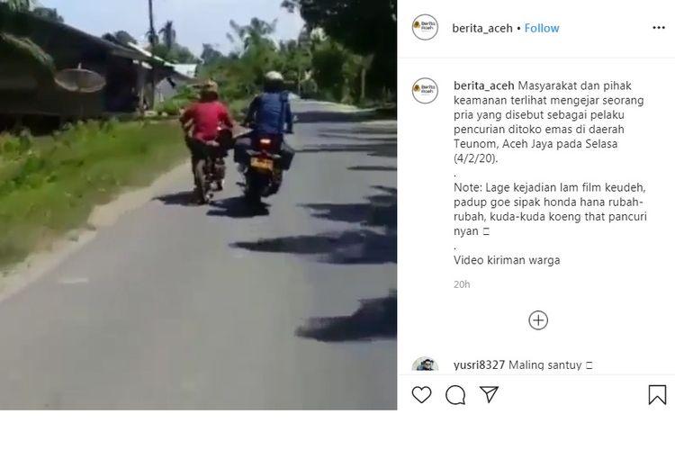 Pria yang diduga sebagai pelaku pencurian di toko emas di daerah Teunom, Aceh Jaya pada Selasa (4/2/20) dikejar oleh petugas dan warga, ditendang motornya, tapi tak juga jatuh.