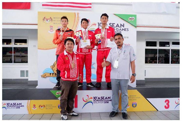 Foto bersama atlet pelajar Indonesia saat upacara penghormatan renang.