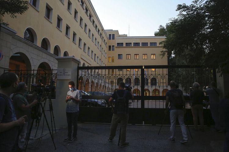 Wartawan dan juru kamera berdiri di luar Biara Petraki di Athena, menyusul serangan dengan cairan kaustik pada Rabu, 23 Juni 2021.