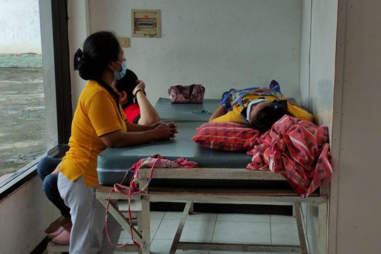 Salah satu karyawati pabrik sepatu dirawat di klinik pabrik setelah mengeluhkan gejala keracunan, Jumat (30/3/2021).