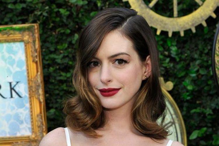 Aktris Anne Hathaway menghadiri acara peragaan mode dan aksesori yang terinspirasi film Alice Through the Looking Glass di Roseark, Los Angeles, California, AS, pada 12 Mei 2016 waktu setempat.