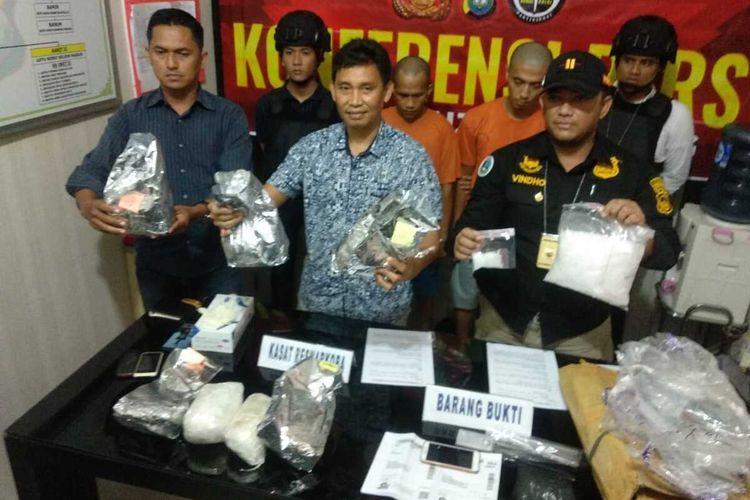 Satuan Reserse Narkoba (Satresnarkoba) Polres Tanjungpinang berhasil mengungkap jaringan perdagangan narkotika jenis sabu dari Malaysia. Dari hasil pengungkapan itu, sedikitnya 8,5 kg sabu berhasil disita dari kedua pelaku yang masing-masing berinisial AR (33) dan RDW (27) yang merupakan jaringan internasional dari Malaysia.