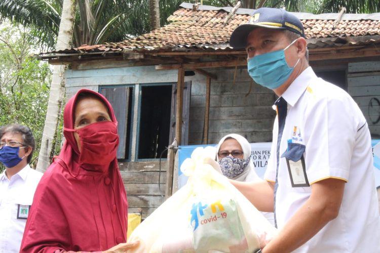 Pemberian bantuan sosial (bansos) berupa paket sembako dari Kementerian PUPR.