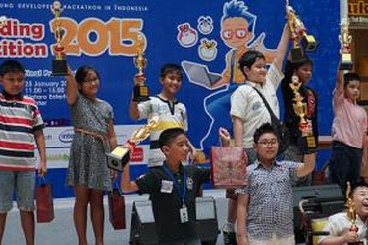 Anak-anak juara Kid's Programming Competition 2015 berfoto bersama di Bintaro Entertainment Center, Minggu (25/1/2015)