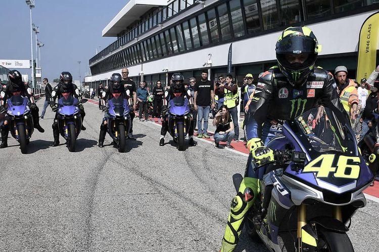 Valentino Rossi memberikan praktek balap menggunakan Yamaha R1 pada peserta Dainese Riding Master Misano.