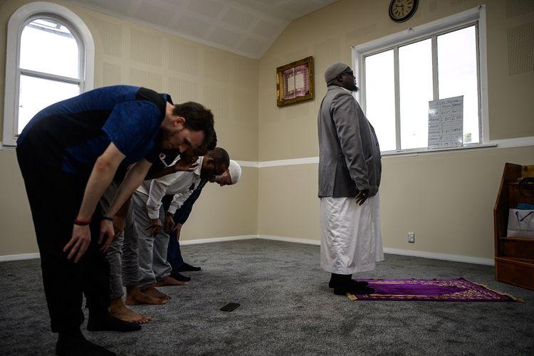 Warga Muslim Christchurch melakukan ibadah shalat berjemaah di masjid Linwood, yang sempat menjadi lokasi insiden penembakan massal, pada 15 Maret 2019 lalu.
