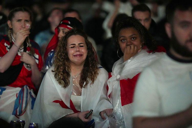 Pendukung Inggris bereaksi di zona penggemar yang ditentukan di Trafalgar Square di London, Minggu, 11 Juli 2021, setelah Italia memenangkan pertandingan final kejuaraan sepak bola Euro 2020 antara Inggris dan Italia yang dimainkan di Stadion Wembley.