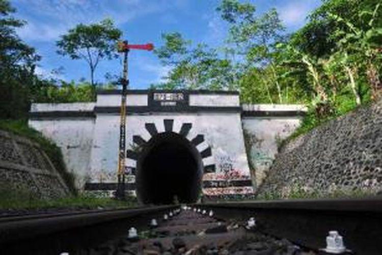 Bangunan terowongan kereta Lampegan yang sudah tidak aktif di Desa Cibokor, Pasir Gunung Keneng, Cianjur, Jawa Barat, Jumat (15/3/2013). Jalur kereta api ini diaktivasi untuk jalur Sukabumi-Cianjur