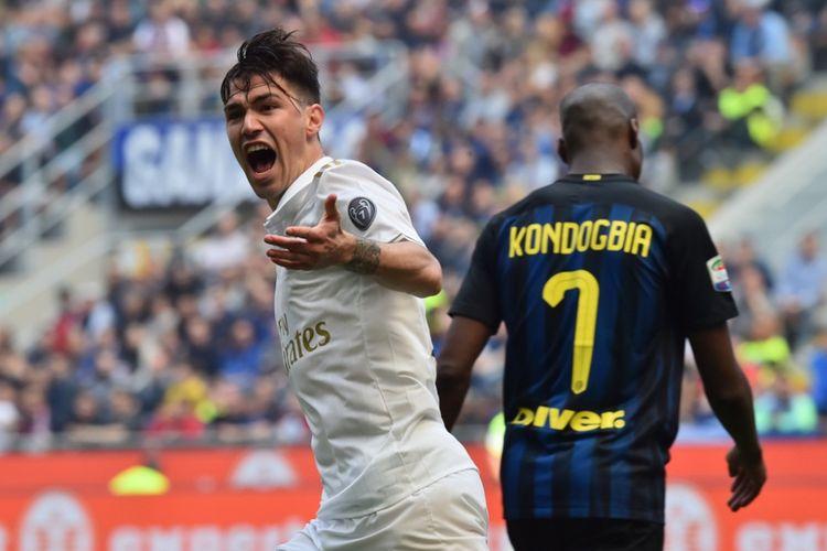 Pemain belakang AC Milan, Alessio Romagnoli, merayakan gol ke gawang Inter Milan pada partai lanjutan Serie A - kasta pertama Liga Italia - di Stadion Giuseppe Meazza, Sabtu (15/4/2017).