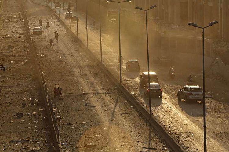 Puing-puing berserakan terlihat di jalan utama di Beirut, Ibu Kota Lebanon, saat matahari terbenam setelah ledakan kembar yang mengguncang kawasan pelabuhan kota tersebut, Selasa (4/8/2020). Sebanyak 73 orang tewas dan ribuan lainnya dilaporkan terluka dari insiden dua ledakan besar yang mengguncang Beirut tersebut.