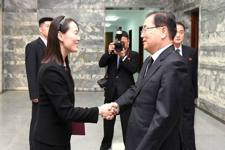 Kim Yo Jong (kiri) bersalaman dengan penasihat keamanan ternama Korea Selatan Chung Eui-yong (kanan), dalam pertemuan untuk menyampaikan belasungkawa dan karangan bunga atas nama Kim Jong Un di gedung Tongilgak, sisi utara desa gencatan senjata Panmunjom di zona Demiliterisasi (DMZ) yang memisahkan kedua negara di Kaesong, Korea Utara. Kim turut berduka atas meninggalnya mantan ibu negara Korea Selatan Lee Hee-ho, istri mantan Presiden Kim Dae-jung. Lee meninggal di Seoul pada 10 Juni 2019 di usia 96 tahun. Foto diambil pada 12 Juni 2019.