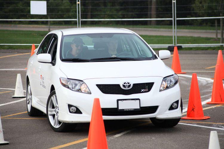 Ilustrasi seorang yang tengah mengikuti kursus mengemudi sedang melakukan manuver.