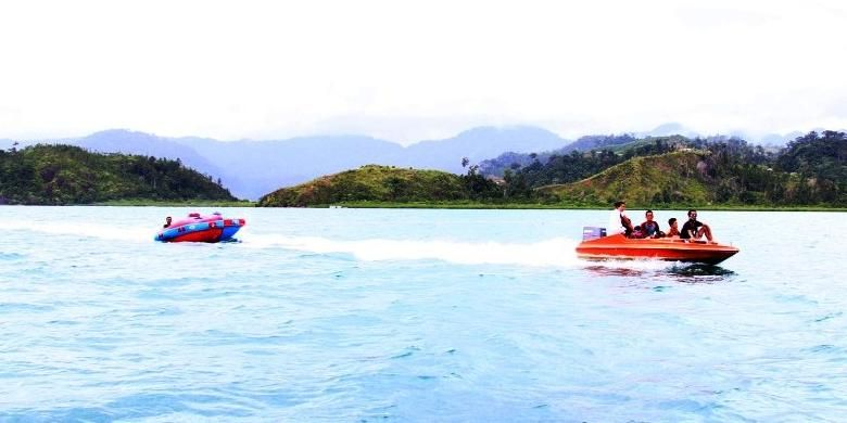 Pengunjung dapat menikmati wahana donut boat di kawasan wisata Mandeh.