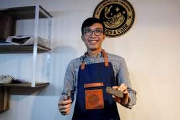 Tirta Air Mandira Hudhi (25) perintis usaha jasa cuci sepatu