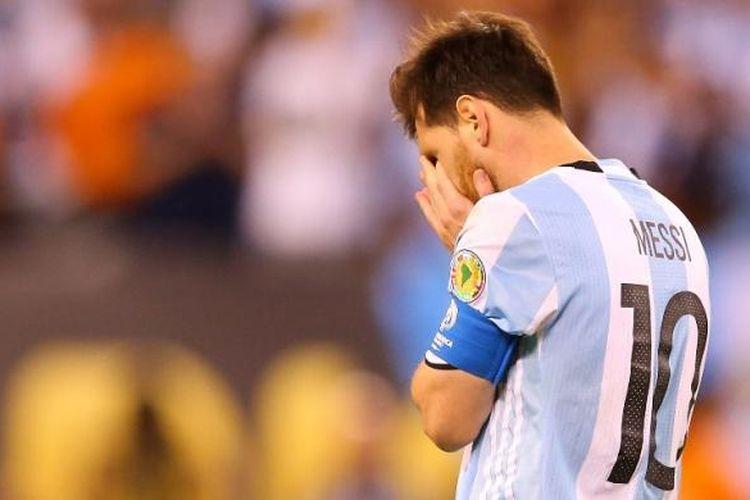 Lionel Messi meratapi kegagalan mengekeskusi penalti saat Argentina melawan Cile pada final Copa America di MetLife Stadium, Minggu (26/6/2016) atau Senin pagi WIB.