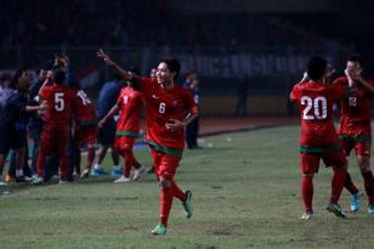 Pemain Indonesia, Evan Dimas, berselebrasi usai membobol gawang Korea Selatan di Stadion Utama Gelora Bung Karno, Jakarta, Sabtu (12/10/2013). Indonesia lolos ke putaran final Piala Asia U-19 yang akan berlangsung di Myanmar tahun depan, setelah menang dengan skor 3-2.