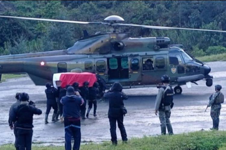 Evakuasi jenazah Kabinda Papua Brigjen TNI I Gusti Putu Danny Nugraha dari Lapangan Terbang Beoga, Kabupaten Puncak, ke Kabupaten Mimika, Papua, Senin (26/4/2021).