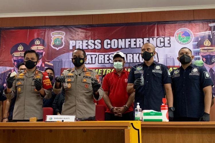 Rio Reifan (berbaju merah) saat konferensi pers kasus penangkapannya terkait narkoba di Polres Metro Jakarta Pusat, Rabu (21/4/2021).