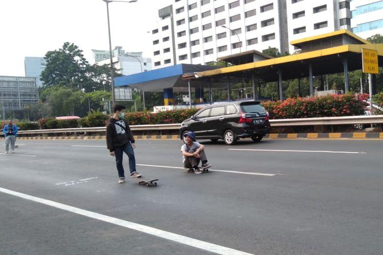 Mahasiswa bermain skate board saat menerobos masuk jalan tol depan Gedung DPR RI, Selasa (24/9/2019).