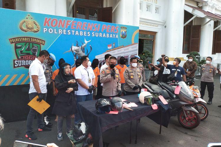 5 dari 6 Pelaku Penikaman BH Saat diamankan dan dibawa oleh Petugas Polrestabes Surabaya, Senin (23/8/2021).