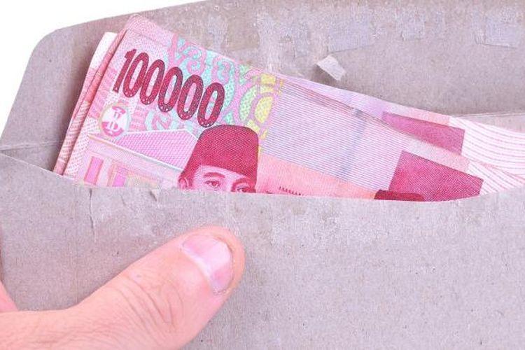 ilustrasi uang dalam amplop.