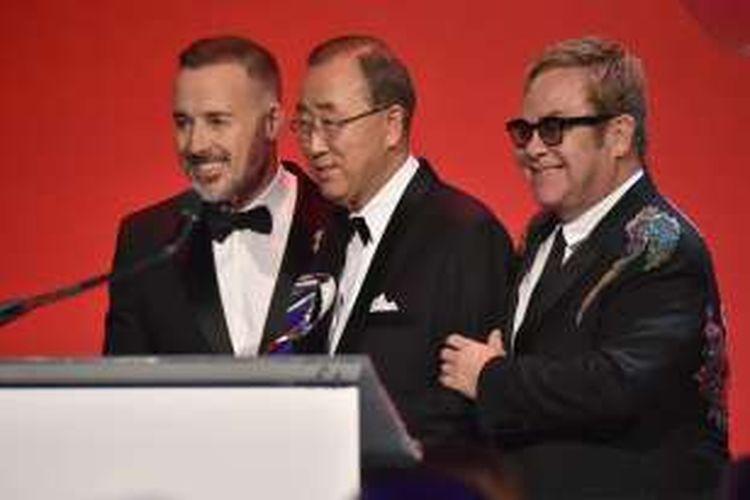 David Furnish, Ban Ki-Moon, and Sir Elton John di panggung acara the 15th Annual Elton John AIDS Foundation An Enduring Vision Benefit di Cipriani Wall Street, Rabu  2 November 2016 di New York.
