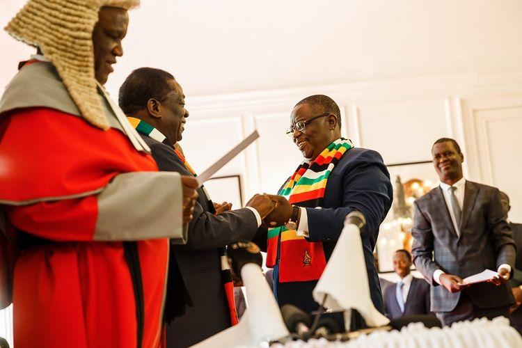 Para hakim di Zimbabwe masih mengenakan wig tradisional peninggalan masa kolonial saat memimpin sidang atau acara lainnya. Dalam foto ini hakim agung Luke Malaba sedang mengambil sumpah wakil presiden Constantino Chiwenga pada 30 Agustus 2018.