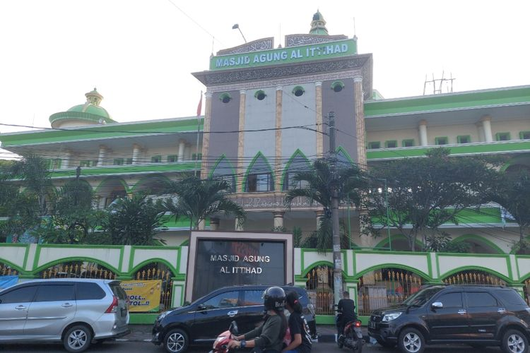 Tampak depan Masjid Agung Al-Ittihad yang berada di Jalan Ki Samaun nomor 1, Kelurahan Sukarasa, Kecamatan Tangerang, Kota Tangerang. Foto ini diambil pada Selasa (11/5/2021).