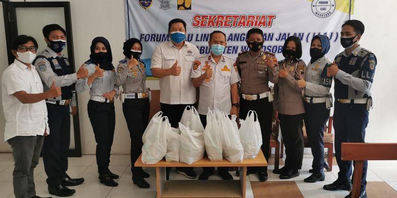 Aksi sosial berbagi nasi yang dilakukan Aptrindo Jawa Tengah dan DIY bersama Kepolisian Resort dan Dinas Perhubungan.