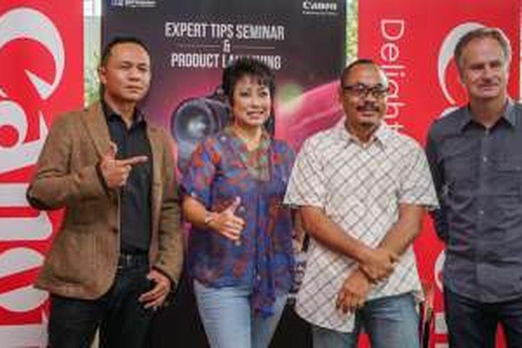 Direktur Divisi Canon PT Datascrip Merry Harun (kedua dari kiri) berfoto bersama jurnalis foto profesional dalam acara peluncuran kamera DSLR Canon EOS-1DX Mark II di Jakarta, Sabtu (30/4/2016)