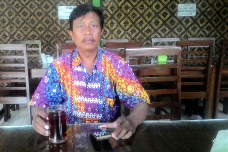 Budi Utomo, warga Kulon Progo, saat mampir di warung pun bangga mengenakan batik motif Geblek Renteng.